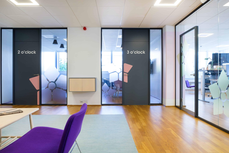 RITAarch, Indretning, spaceplanning, kontorindretning, erhvervsindretning, wayfinding, grafik, Timelog, Timelog Mødelokale